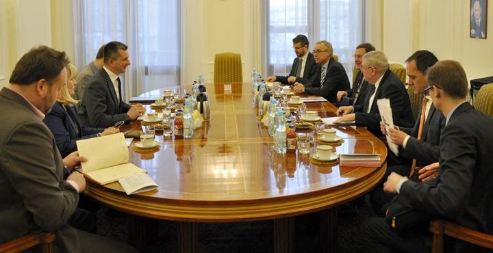 Podsumowanie dotychczasowej współpracy, jak również perspektywy jej rozwoju w latach kolejnych szczególnie w odniesieniu do nowopowstającego funduszu inwestycyjnego – European Fund for Strategic Investments (EFSI), były tematem spotkania pomiędzy ministrem finansów Mateuszem Szczurkiem a wiceprezesem Europejskiego Banku Inwestycyjnego (EBI) odpowiedzialnym za współpracę Banku z Polską, Laszlo Baranyayem. Spotkanie odbyło się 5 marca br. w Ministerstwie Finansów. Minister Szczurek ze współpracownikami podczas spotkania z wiceprezesem EBI Minister Szczurek wyraził zadowolenie z relacji z Europejskim Bankiem Inwestycyjnym podkreślając, że cieszy nasz utrzymujący się w ostatnich latach rekordowo wysoki poziom zaangażowania Banku w Polsce. Minister podkreślił chęć utrzymania tego trendu oraz zachęcił Bank do jeszcze większego zacieśniania współpracy i poszukiwania nowych obszarów kwalifikujących się do współfinansowania przez Bank w naszym kraju. Prezes EBI podziękował ministrowi za dotychczasową współpracę, jak również podkreślił, że Polska jest największym beneficjentem kredytów Banku wśród państw członkowskich, które przystąpiły UE po 2004 roku, a szóstym spośród wszystkich krajów otrzymujących wsparcie z EBI. Ponadto, na dzisiejszym spotkaniu poruszono temat sytuacji na Ukrainie w kontekście operacji Banku w tym kraju. Wiceprezes podkreślił, że pomimo trudnej sytuacji Bank nadal realizuje projekty (głównie z partnerami prywatnymi), a zaangażowanie Banku na koniec 2014 roku wyniosło ok. 940 mln EUR. Minister Szczurek wyraził zadowolenie, jak również podkreślił, iż Polska również angażuje się w przemiany na Ukrainie. *** Europejski Bank Inwestycyjny odgrywa znaczącą rolę we współfinansowaniu licznych projektów inwestycyjnych na obszarze całego kraju. Od początku swojego funkcjonowania w Polsce, tj. od 1990 roku, Bank udzielił polskim podmiotom finansowania na łączną kwotę prawie 49,6 mld EUR (wartość podpisanych kredytów wg stanu na koniec 2014 r.). Należy zauważyć, że