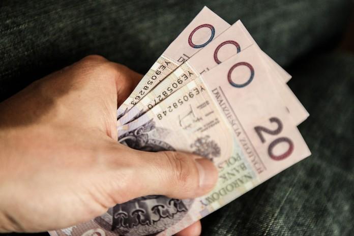 Choć mamy coraz większą świadomość konieczności zabezpieczenia przyszłości, większość Polaków nie tylko nie oszczędza, ale żyje na kredyt. Mimo rosnącej świadomości potrzeby odkładania środków na przyszłość, większości z nas nie udało się zgromadzić żadnych oszczędności. Co więcej, systematycznie rośnie liczba zaciąganych kredytów oraz poziom zadłużenia gospodarstw domowych. Podczas tegorocznej konferencji WallStreet, zorganizowanej przez Stowarzyszenie Inwestorów Indywidualnych, FAST FINANCE S.A., partner wydarzenia, postanowiła rozpoznać, jak plasują swoje środki uczestnicy konferencji. Przeprowadzona ankieta wykazała, że zadeklarowani aktywni inwestorzy najchętniej lokują swój kapitał na rynku akcji – tak odpowiedziało 29 proc. ankietowanych, w następnej kolejności korzystają z ofert banków – 17 proc. odpowiedzi, a na trzecim miejscu znalazły się inwestycje na rynku Forex – 13 proc. ankietowanych.Z kolei według badania przeprowadzonego w październiku 2014 roku przez TNS Polska, za najbardziej opłacalną, a zarazem najbezpieczniejszą formę lokowania oszczędności uznawana jest lokata bankowa. Jak wynika z przygotowanego przez BIG InfoMonitor i Związek Banków Polskich raportu, długi Polaków na koniec 2014 roku były warte aż 40,94 mld i wzrosły w stosunku do stanu sprzed 5 lat o blisko 45 proc. Obecnie na liście dłużników znajduje się 2,4 mln osób, tak więc średnio na jedną osobę przypada ponad 17 tysięcy złotych długu. Te dane dopełniają obrazu kondycji polskiego społeczeństwa, w którym wciąż bardziej pożyczamy, na bieżące wydatki, niż inwestujemy w trosce o przyszłość. Rynek wierzytelności detalicznych, na którym od ponad 10 lat działa FAST FINANCE jest nie tylko wtórny wobec rynku kredytów, ale także następczy. Oznacza to, że tempo zaciągania przez Polaków kredytów wyznacza jutrzejszy stan rynku windykacji – komentuje Jacek Daroszewski, Prezes Zarządu FAST FINANCE.Dlatego śledzimy na bieżąco akcję kredytową banków i szeroko interesujemy się kondycją gospodarstw dom