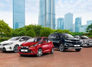 Toyota po raz kolejny znalazła się na szczycie listy najcenniejszych marek motoryzacyjnych w rankingu BrandZ™ 100 Most Valuable Global Brands 2015. Badanie przeprowadziła firma Millward Brown Optimor, która wyceniła markę Toyoty na 28,9 mld dolarów (26,5 mld Euro). Lexus awansował w rankingu na 10. pozycję, w porównaniu do 11. miejsca w ubiegłym roku. Zdecydowały o tym systematyczne podnoszenie jakości produktów i szeroka gama odnowionych modeli. Wartość Lexusa wyceniono na 4,3 mld dolarów (3,9 mld Euro). Ranking BrandZ™ ukazuje się od 10 lat. W tym czasie Toyota okazała się liderem branży motoryzacyjnej 8 razy. O dominującej pozycji marki decyduje innowacyjność firmy, wynikająca z szeroko zakrojonych badań nad nowymi technologiami, odważna polityka, najwyższa jakość i trwałość jej produktów oraz ogromny wkład we wdrażanie wizji zrównoważonej, świadomej mobilności. W 2014 roku firma wprowadziła na rynek pierwszy seryjny samochód na wodorowe ogniwa paliwowe – model Mirai. Nowatorski sedan jest już dostępny w Japonii. Na rynku europejskim i amerykańskim pojawi się w drugiej połowie tego roku. Toyota okazała się pionierem nowej technologii już po raz drugi. W 1997 roku firma wprowadziła na rynek Toyotę Prius, pierwszy seryjny samochód hybrydowy. Od tamtej pory Toyota sprzedała na całym świecie ponad 7 milionów hybryd. Europejscy kierowcy mogą wybierać spośród 15 modeli Toyoty i Lexusa. Toyota jest największym producentem samochodów na świecie. W 2014 roku koncern zwiększył sprzedaż o 2,5% do poziomu 10,2 milionów samochodów, co także pozytywnie wpłynęło na wartość marki w tegorocznym zestawieniu. BrandZ™ Top 100 Most Valuable Global Brands 2015 to jedyne badanie mierzące postrzeganie marki na podstawie wywiadów z około 2 milionami konsumentów w 30 krajach na temat tysięcy marek oferujących produkty klientom indywidualnym. Według autorów raportu postrzeganie marki przez konsumentów ma kluczowe znaczenie w ocenie jej wartości. Ich zdaniem na budowanie marki składają się 