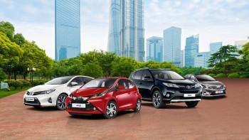 Toyota po raz kolejny znalazła się na szczycie listy najcenniejszych marek motoryzacyjnych w rankingu BrandZ™ 100 Most Valuable Global Brands 2015. Badanie przeprowadziła firma Millward Brown Optimor, która wyceniła markę Toyoty na 28,9 mld dolarów (26,5 mld Euro). Lexus awansował w rankingu na 10. pozycję, w porównaniu do 11. miejsca w ubiegłym roku. Zdecydowały o tym systematyczne podnoszenie jakości produktów i szeroka gama odnowionych modeli. Wartość Lexusa wyceniono na 4,3 mld dolarów (3,9 mld Euro). Ranking BrandZ™ ukazuje się od 10 lat. W tym czasie Toyota okazała się liderem branży motoryzacyjnej 8 razy. O dominującej pozycji marki decyduje innowacyjność firmy, wynikająca z szeroko zakrojonych badań nad nowymi technologiami, odważna polityka, najwyższa jakość i trwałość jej produktów oraz ogromny wkład we wdrażanie wizji zrównoważonej, świadomej mobilności. W 2014 roku firma wprowadziła na rynek pierwszy seryjny samochód na wodorowe ogniwa paliwowe - model Mirai. Nowatorski sedan jest już dostępny w Japonii. Na rynku europejskim i amerykańskim pojawi się w drugiej połowie tego roku. Toyota okazała się pionierem nowej technologii już po raz drugi. W 1997 roku firma wprowadziła na rynek Toyotę Prius, pierwszy seryjny samochód hybrydowy. Od tamtej pory Toyota sprzedała na całym świecie ponad 7 milionów hybryd. Europejscy kierowcy mogą wybierać spośród 15 modeli Toyoty i Lexusa. Toyota jest największym producentem samochodów na świecie. W 2014 roku koncern zwiększył sprzedaż o 2,5% do poziomu 10,2 milionów samochodów, co także pozytywnie wpłynęło na wartość marki w tegorocznym zestawieniu. BrandZ™ Top 100 Most Valuable Global Brands 2015 to jedyne badanie mierzące postrzeganie marki na podstawie wywiadów z około 2 milionami konsumentów w 30 krajach na temat tysięcy marek oferujących produkty klientom indywidualnym. Według autorów raportu postrzeganie marki przez konsumentów ma kluczowe znaczenie w ocenie jej wartości. Ich zdaniem na budowanie marki składają się 