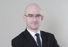 Piotr Janiuk jest radcą prawnym. Posiada licencję pośrednika w obrocie nieruchomościami. Jest absolwentem Wydziału Prawa i Administracji Uniwersytetu Wrocławskiego. Był także słuchaczem studiów podyplomowych w zakresie fuzji i przejęć w Szkole Głównej Handlowej. Przed dołączeniem do zespołu Galt współpracował z kancelarią Siemiątkowski & Davies.