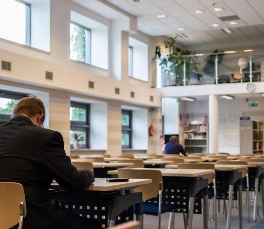 czytelnia bibioteka uczelnia uczeń student