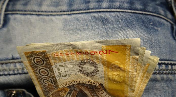 pieniądze złotówki PLN oszczędności 200