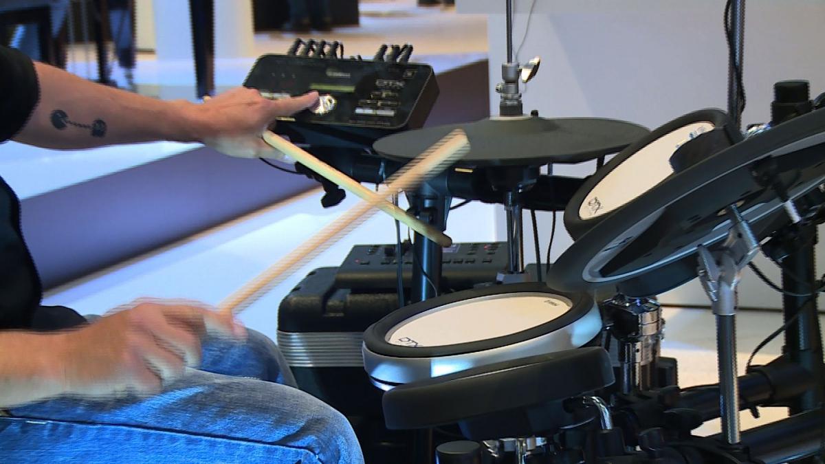 Ciche, elektroniczne instrumenty muzyczne zastępują te tradycyjne. Pozwalają nie tylko ćwiczyć w domu, lecz także kontrolować brzmienie i głośność na scenie 1