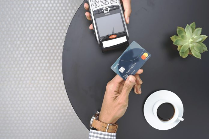 Płatność zbliżeniowa kartą mastercard terminal