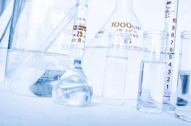 Szkło laboratoryjne w laboratorium