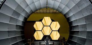 Pracownik sektora space kosmos satelity