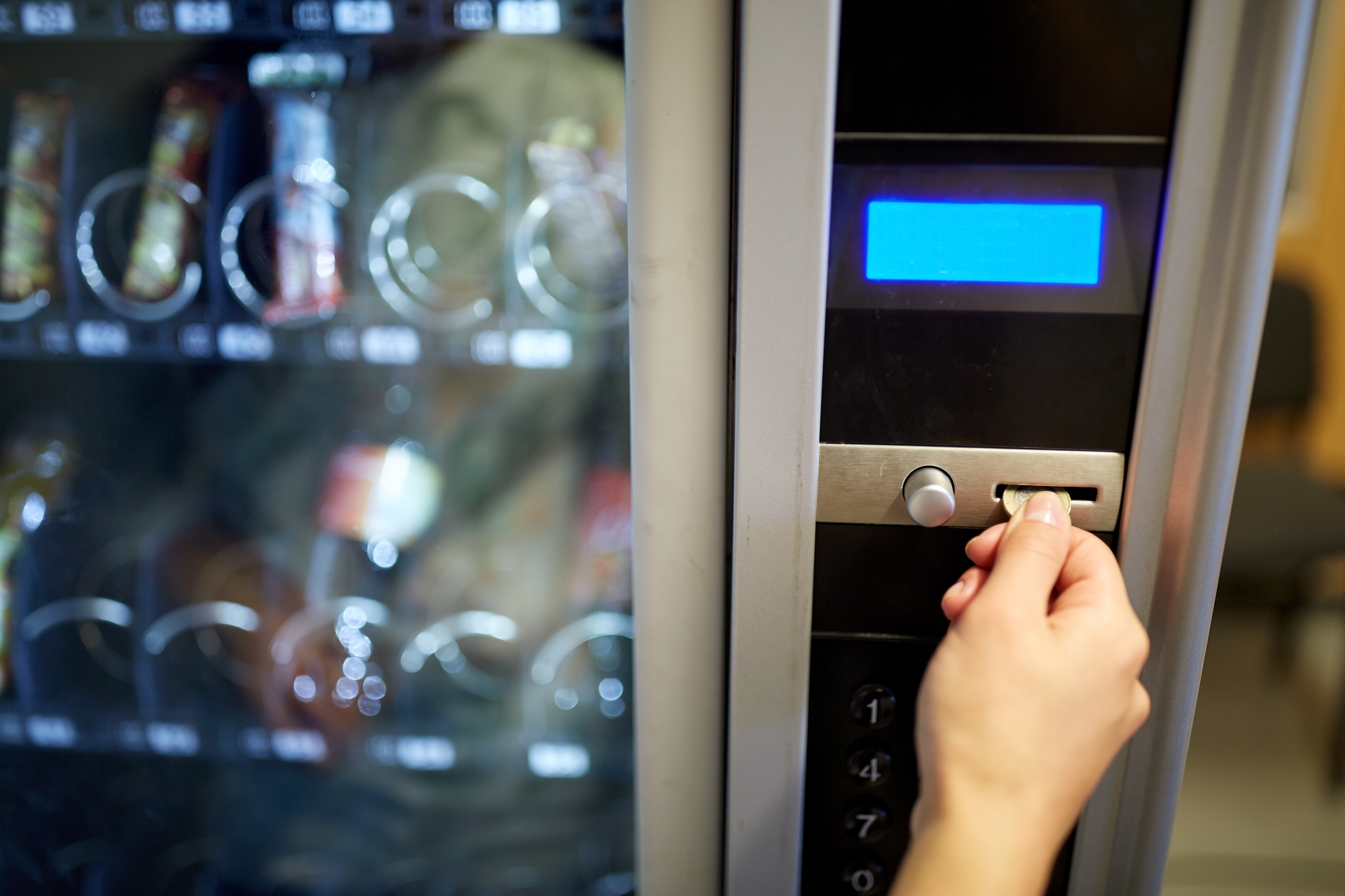 Rozwój rynku automatów w Polsce nie jest tak dynamiczny, jak jeszcze w początkowym okresie pojawiania się automatów vendingowych. Mimo to nadal obszar ten ciągle się rozwija, istnieją przestrzenie niezagospodarowane. Czy nasi rodacy korzystają z takiej formy nabywania towarów? Czego szukają? Na co wskazują aktualne trendy?
