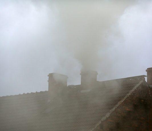 Kryzys klimatyczny trwa, a Polacy nie rezygnują z ogrzewania węglem