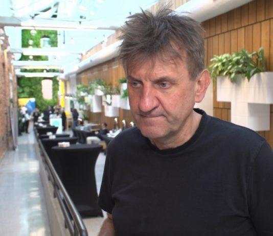 Marek Kamiński wyrusza w podróż w towarzystwie robota. Chce promować zdobycze nowoczesnej techniki oraz lokalną kryptowalutę