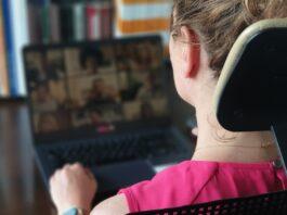 Technologie zmieniają dotychczasowy model pracy. Urządzenia łączące dotykowe monitory z mikrofonem i kamerą ułatwiają zdalną komunikację [DEPESZA]