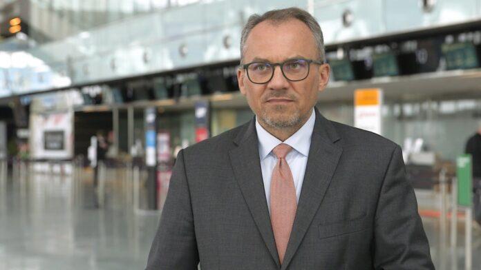 Przywracanie obostrzeń w kolejnych krajach zniechęca turystów do podróżowania. Lotniska przygotowują się na ponowne spadki ruchu