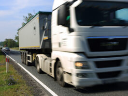 Samochód ciężarowy, tir w krajobrazie wiejskim, zbliżenie.