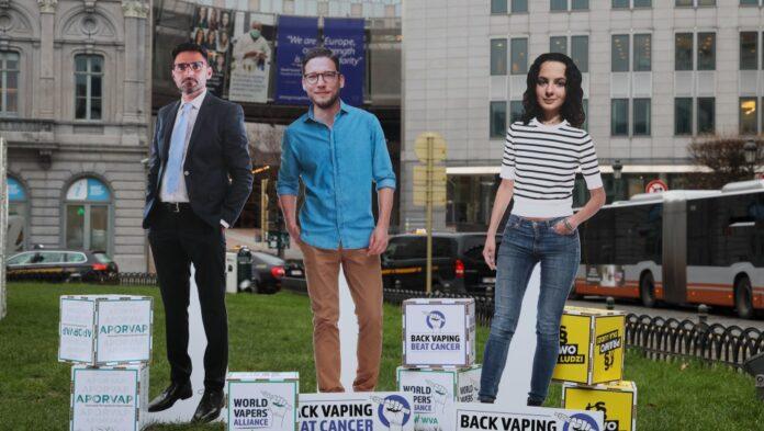 """Europejska komisja rozstrzygnie, czy e-papierosy można włączyć do programu walki z nowotworami. Apeluje o to grupa organizacji """"Prawo dla ludzi"""" [DEPESZA]"""