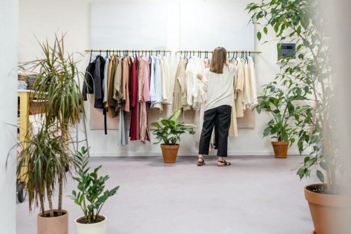 Kobieta zajmująca się projektowaniem ubrań, prowadząca także własny schowroom